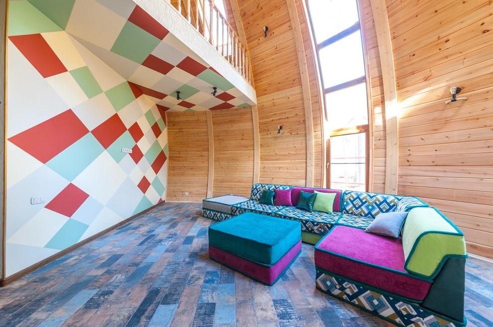 яркий угловой диван в гостиной