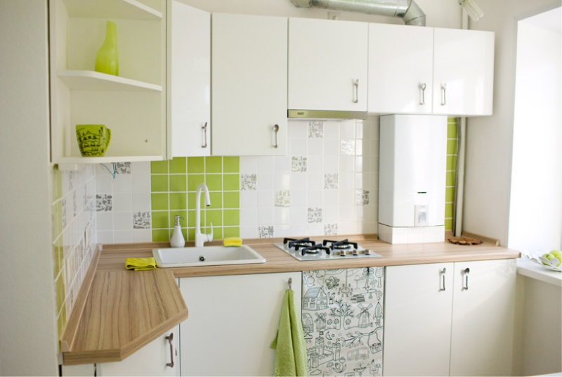 Угловая кухня с газовой колонкой