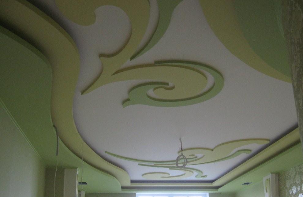 Узорчатый потолок из гипсокартона в зале квартиры