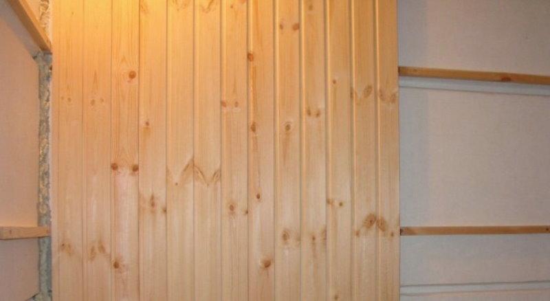 Деревянные панели на стене с обрешеткой