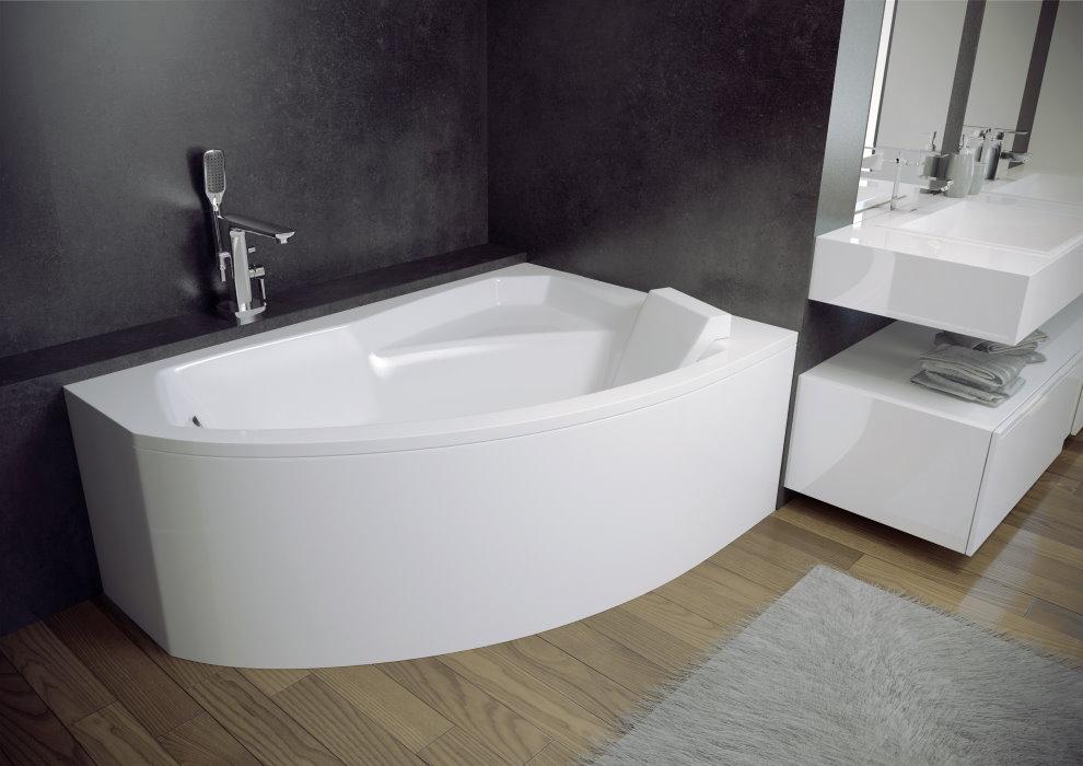 Белая чаша ванны в комнате с серыми стенами