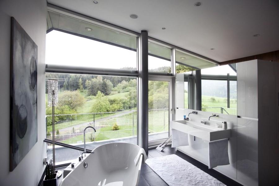 Панорамное окно в ванной загородного дома