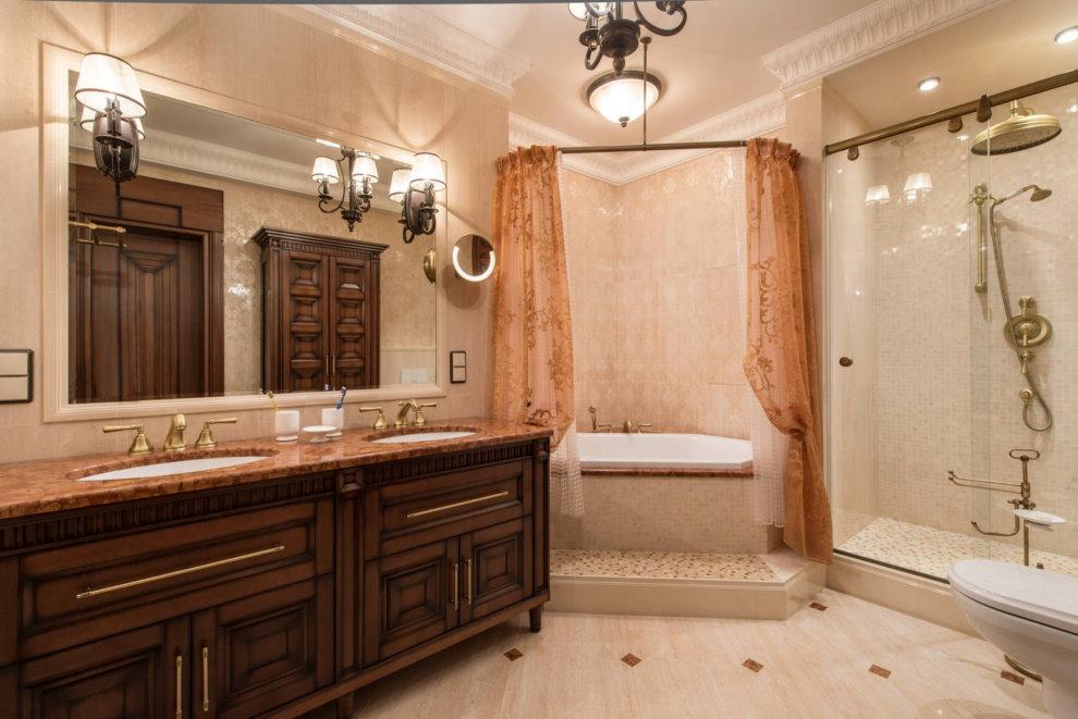 Угловая ванна в комнате с занавесками