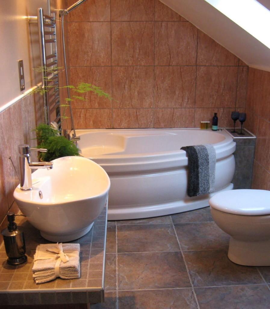 Асимметричная чугунная ванна в мансарде частного дома