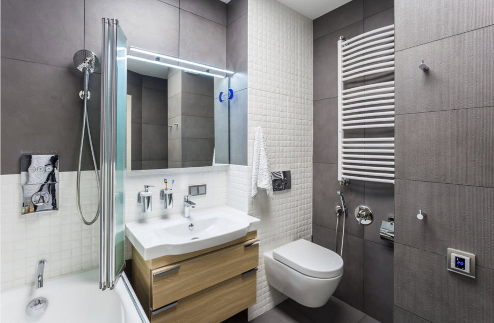 Подвесной унитаз в совмещенной ванной комнате