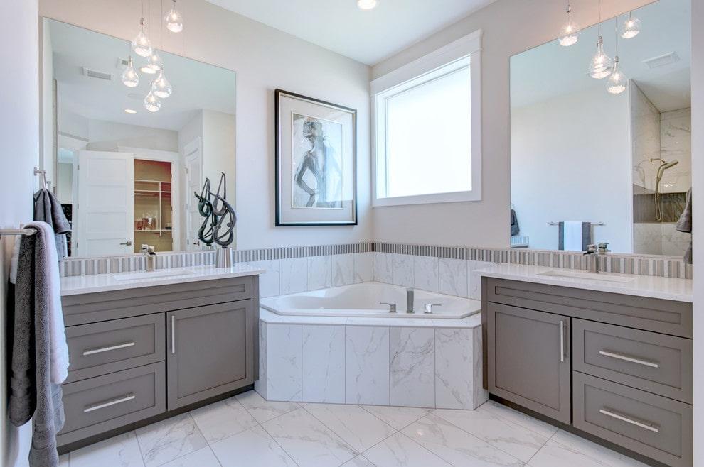 Интерьер ванной в стиле классика с угловой чашей