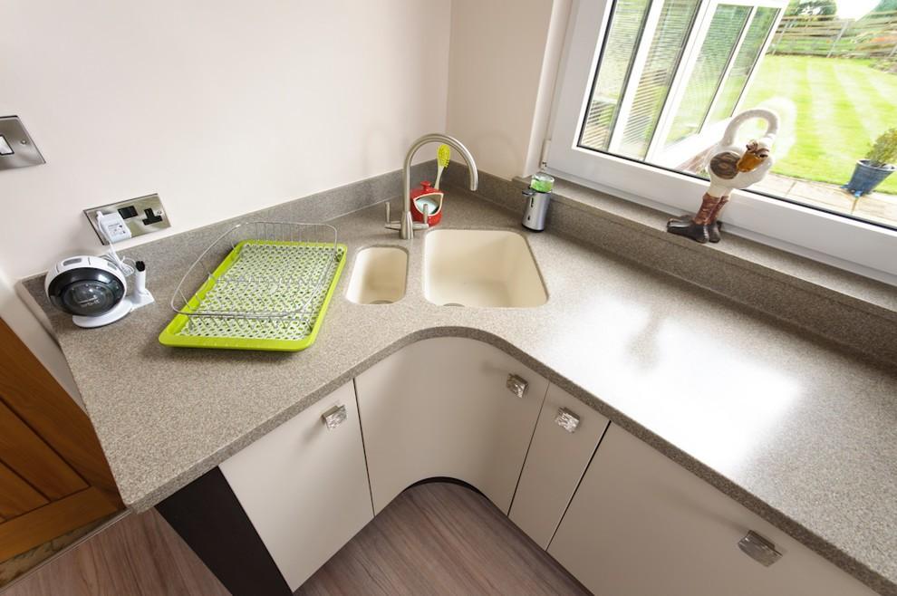 Акриловая столешница на кухне с угловой мойкой