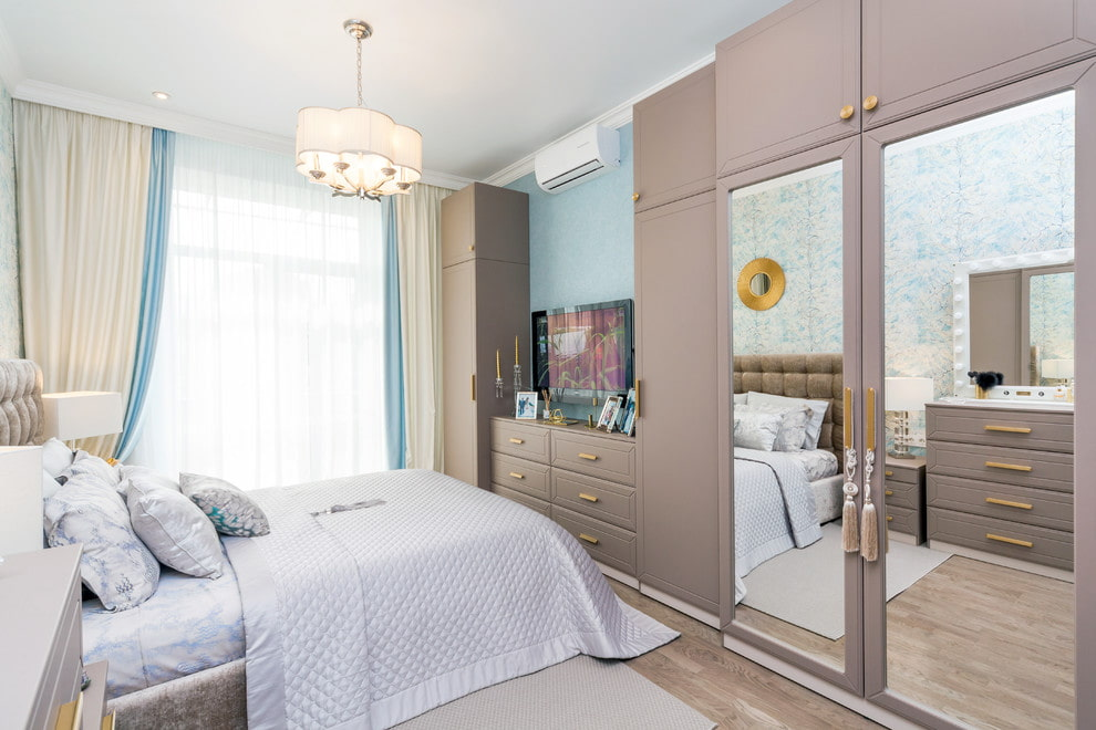 Шкаф с зеркальными дверцами в спальне супругов
