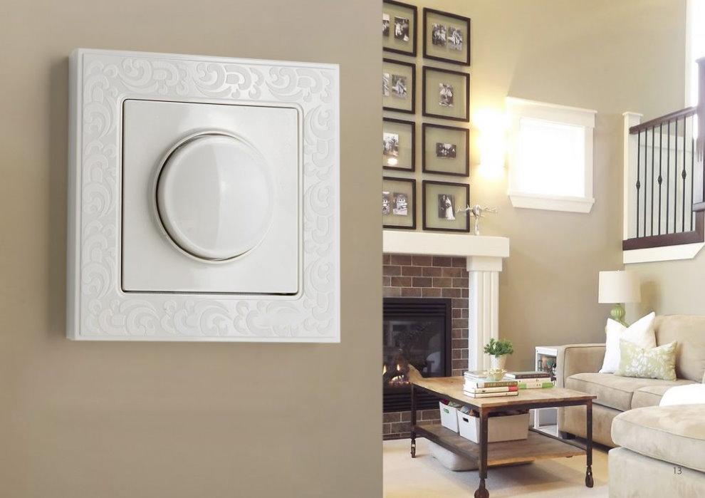 Выключатель с димером на стене гостиной