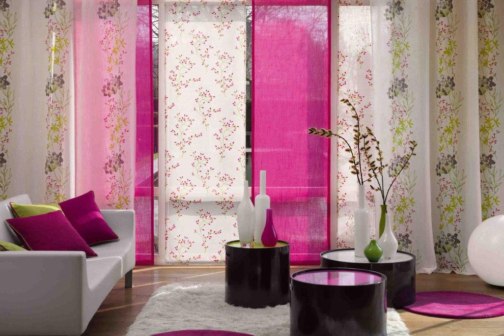 Разноцветные полотна японских штор на панорамном окне гостиной
