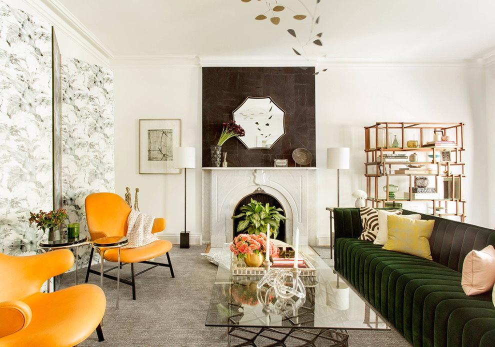 Ярко-желтые стулья в зале площадью 18 кв м с камином