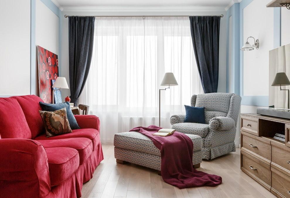 Красный диван в гостиной неоклассического стиля