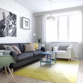 Желтый коврик на полу гостиной