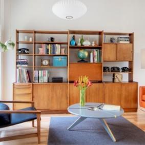 Простая мебель в гостиной комнате