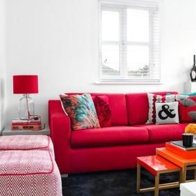Красная мебель в белой гостиной