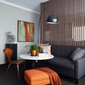 Серый диванчик вдоль деревянной перегородки