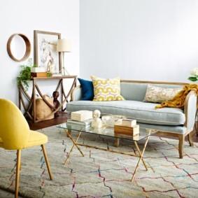Прямой диванчик на ковре в зале