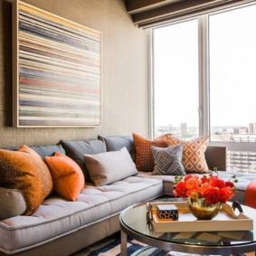 Декоративные подушки разного цвета
