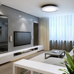 Плазменная панель на серой стене зала