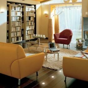 Кожаные кресла в гостиной с книгами