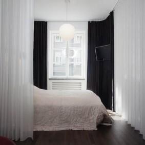 Белые занавески в спальной зоне