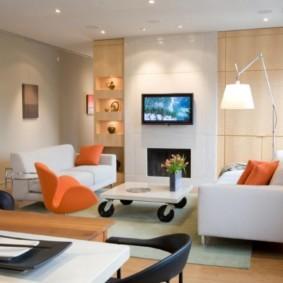 Два белых дивана небольшого размера