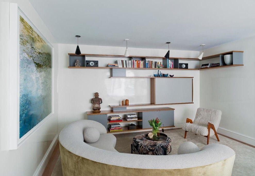 Открытые полки на стене зала в современном стиле
