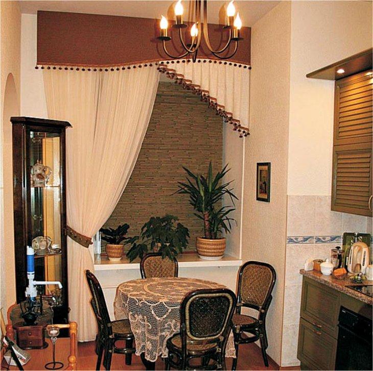 Односторонняя штора на кухне классического стиля