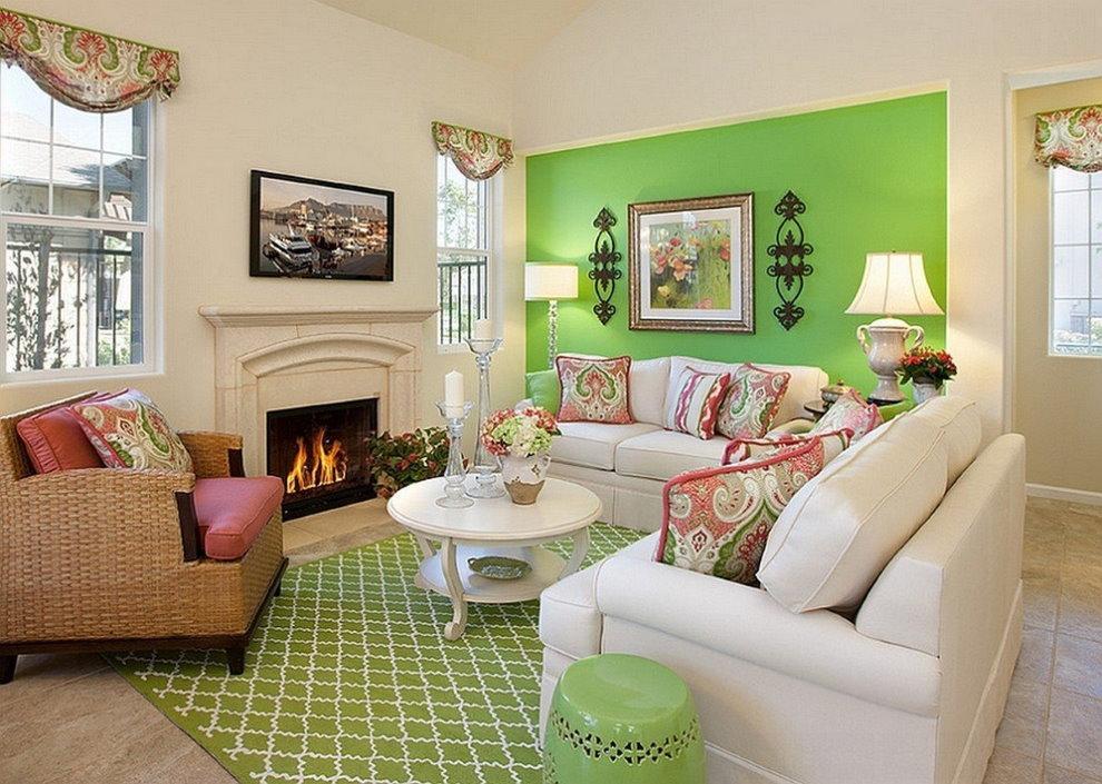 Зеленая стена в гостиной загородного дома