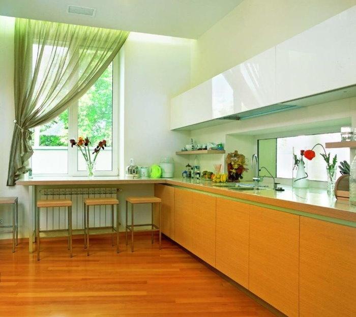Светло-зеленая штора на одну сторону кухонного окна