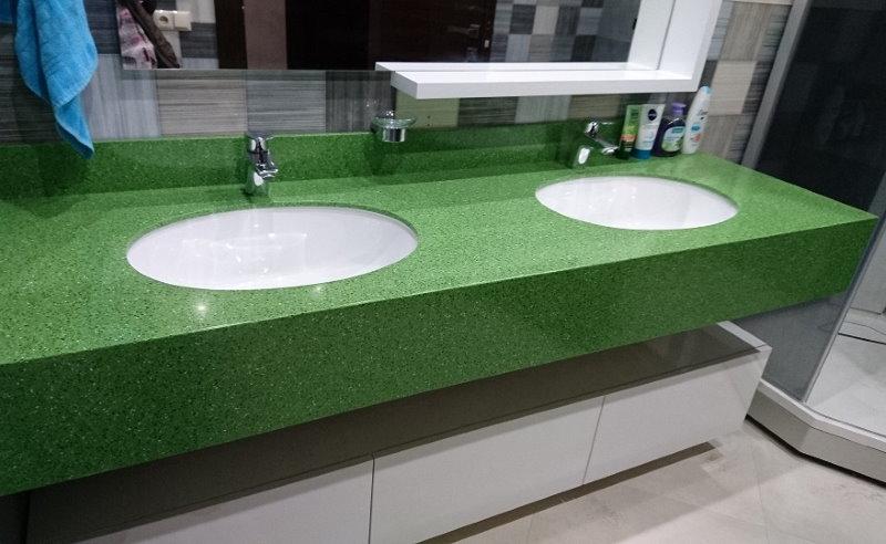 Зеленая столешница в ванной комнате с двумя умывальниками