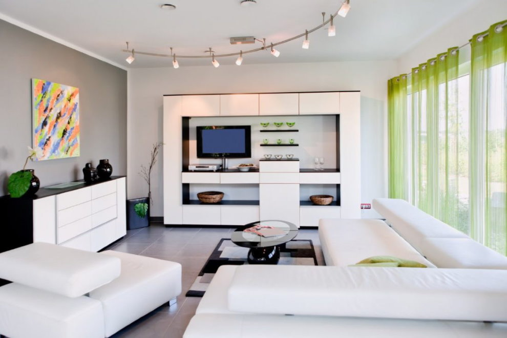 Легкие шторы из зеленого тюля в зале с белой мебелью