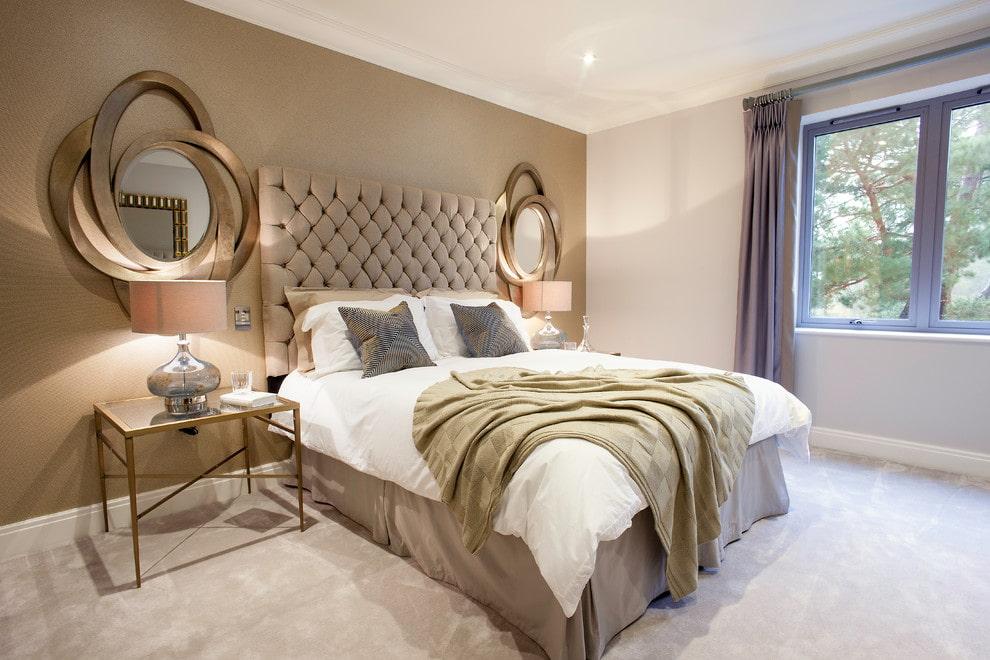 Симметричное размещение зеркал в спальне частного дома