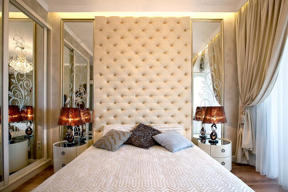 Зеркала с рисунками по бокам кровати