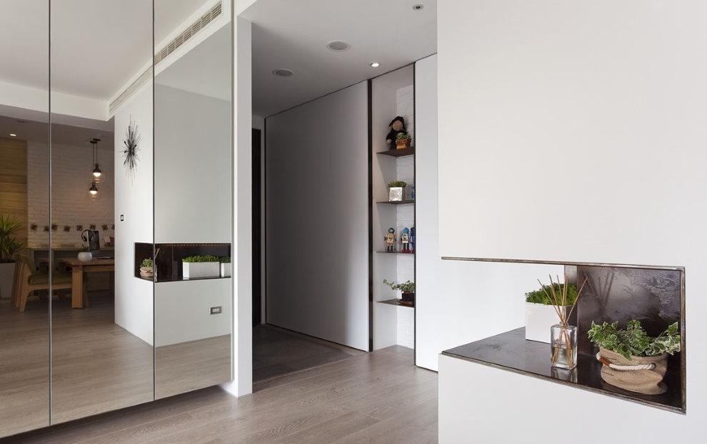 Зеркальные дверцы шкафа в квартире-студии