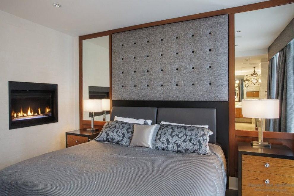 Двухспальная кровать в спальне с зеркалами