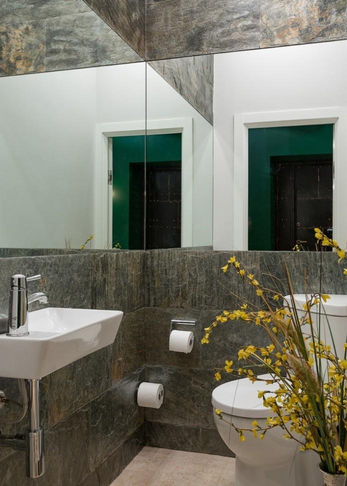 Большие зеркала в туалете компактных размеров