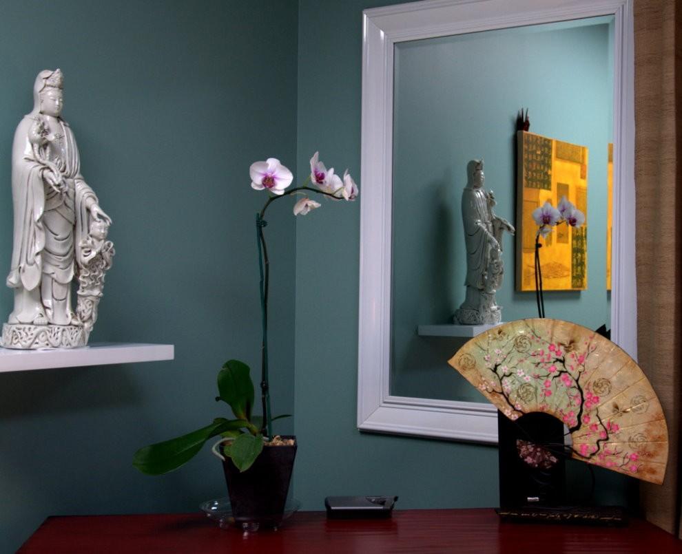 Небольшое зеркало на стене спальной комнаты