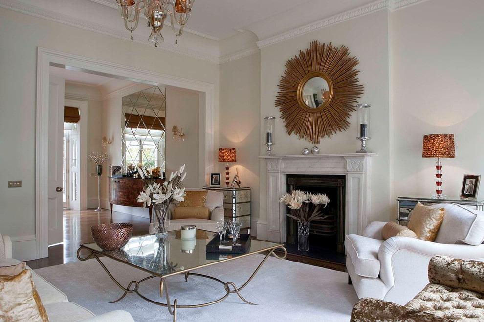 Зеркало над камином в гостиной с белыми стенами