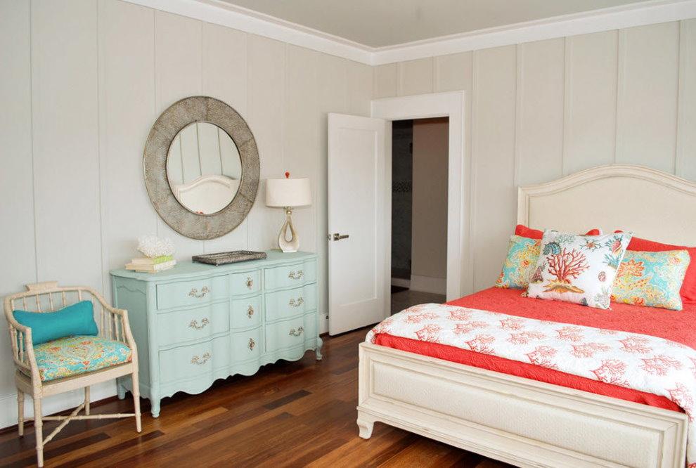 Круглое зеркало над комодом в спальне