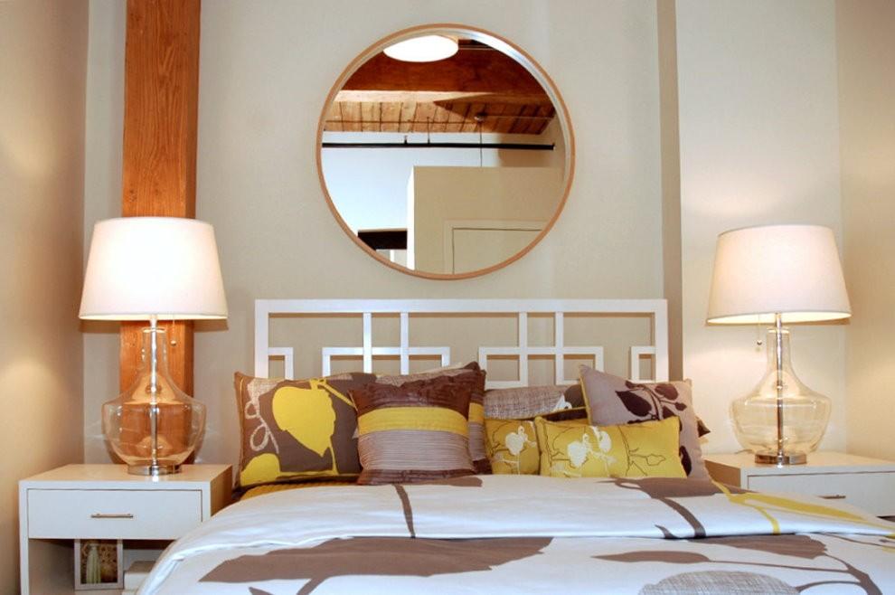 Круглое зеркало над изголовьем кровати