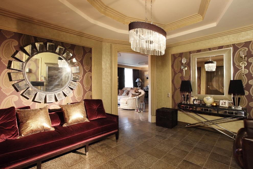 Зеркало в оригинальной оправе в гостиной стиля арт деко