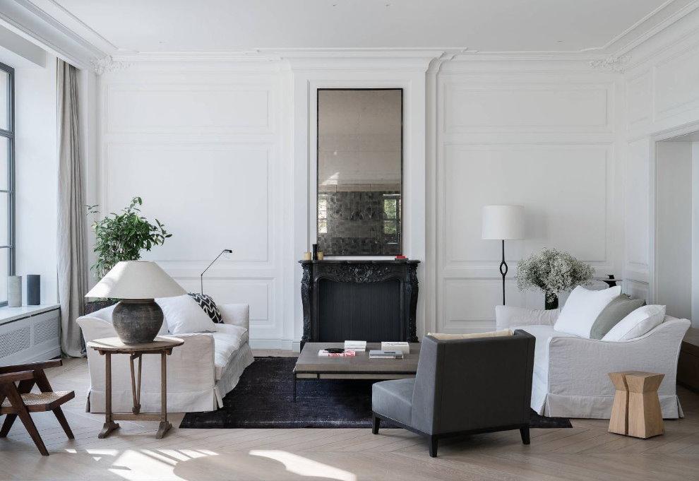 Зеркало над камином в светлой гостиной