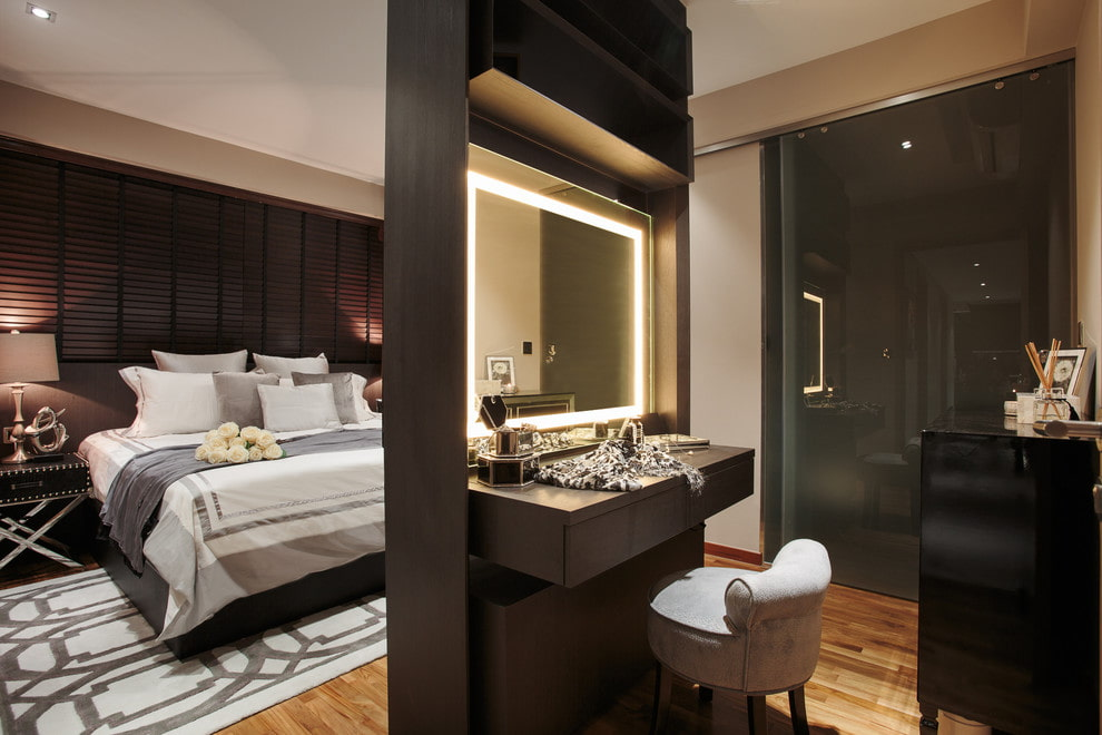 Трюмо с зеркалом в спальне современного стиля