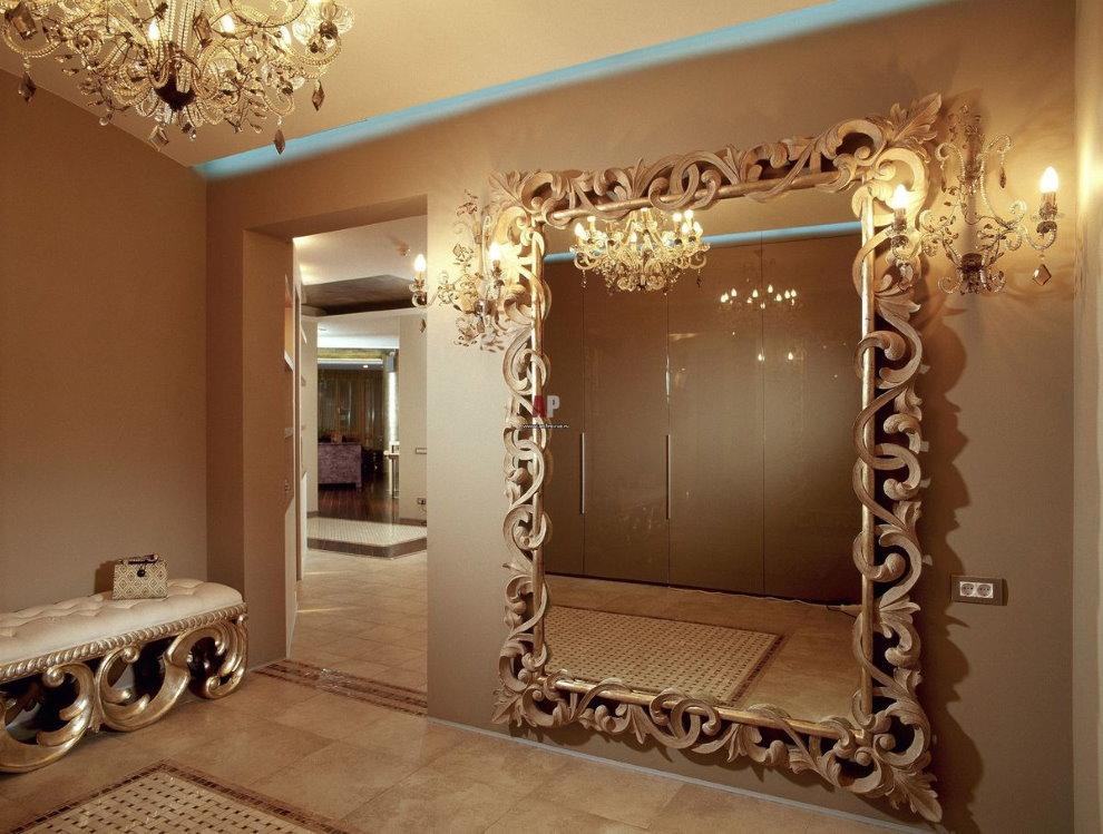 Большое зеркало в прихожей классического стиля
