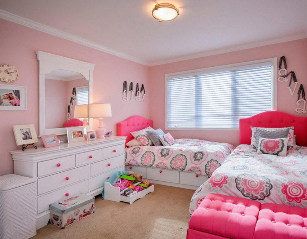Жалюзи на окне детской комнаты с розовыми стенами