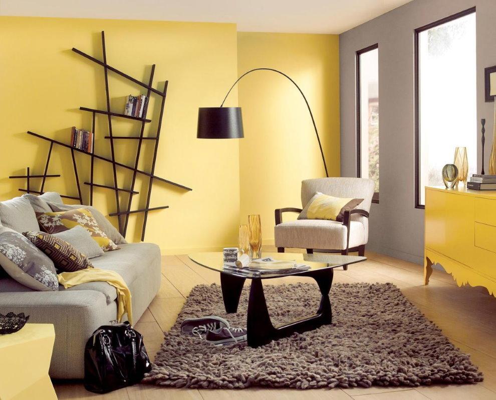 Нестандартные полки на желтой стене гостиной