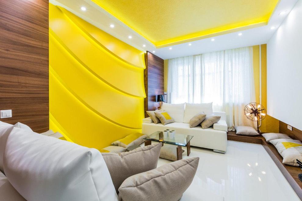 Желтая подсветка на натяжном потолке гостиной