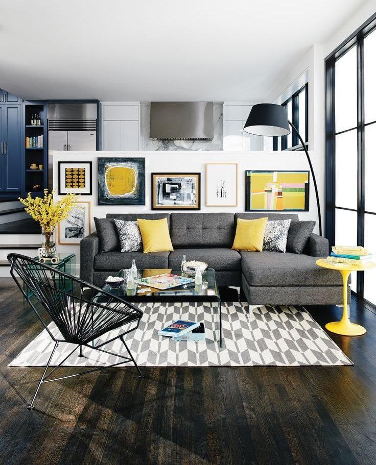 Желтые подушки в гостиной с серым диваном