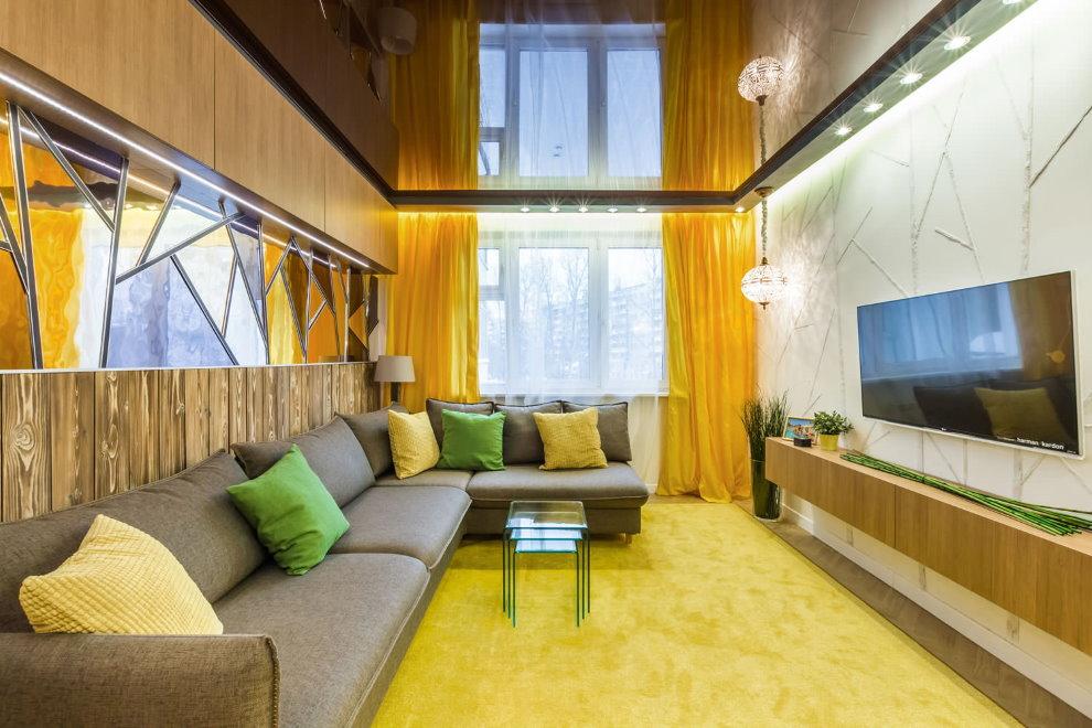 Желтые шторы в зале с натяжным потолком